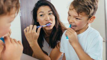 KAI hilft Kindern Zähne putzen